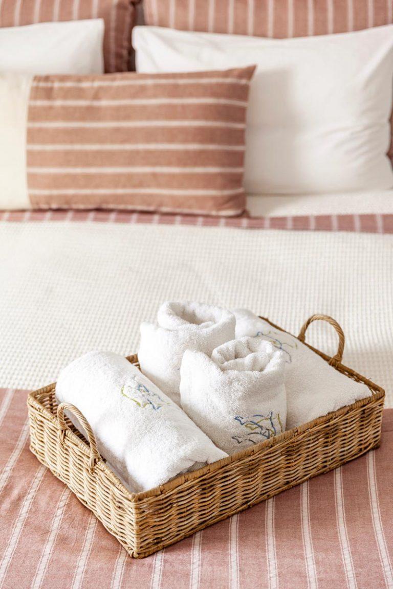 pura vida villa house luxury suites santorini 01